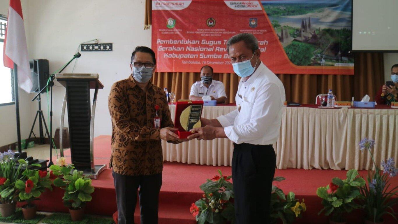 Penyerahan tanda apresiasi untuk Sumba Barat Daya (SBD) oleh Asisten Deputi Revolusi Mental kepada Wakil Bupati SBD