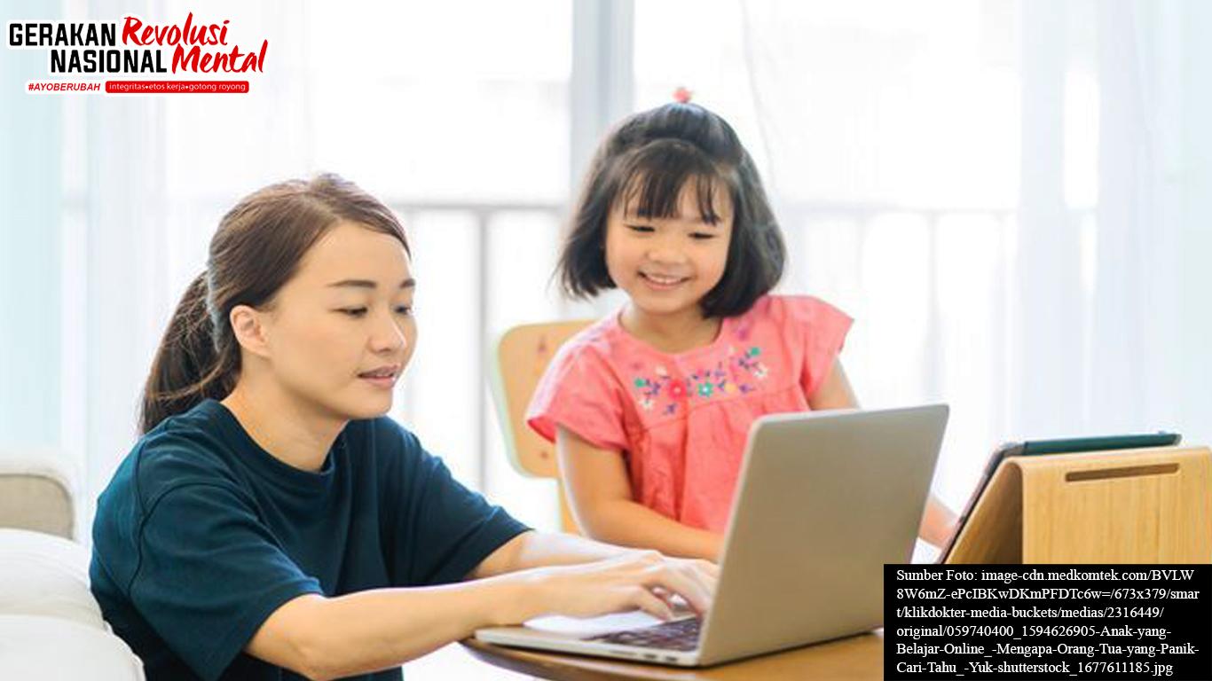 Orang tua sedang membantu anak dalam sekolah daring