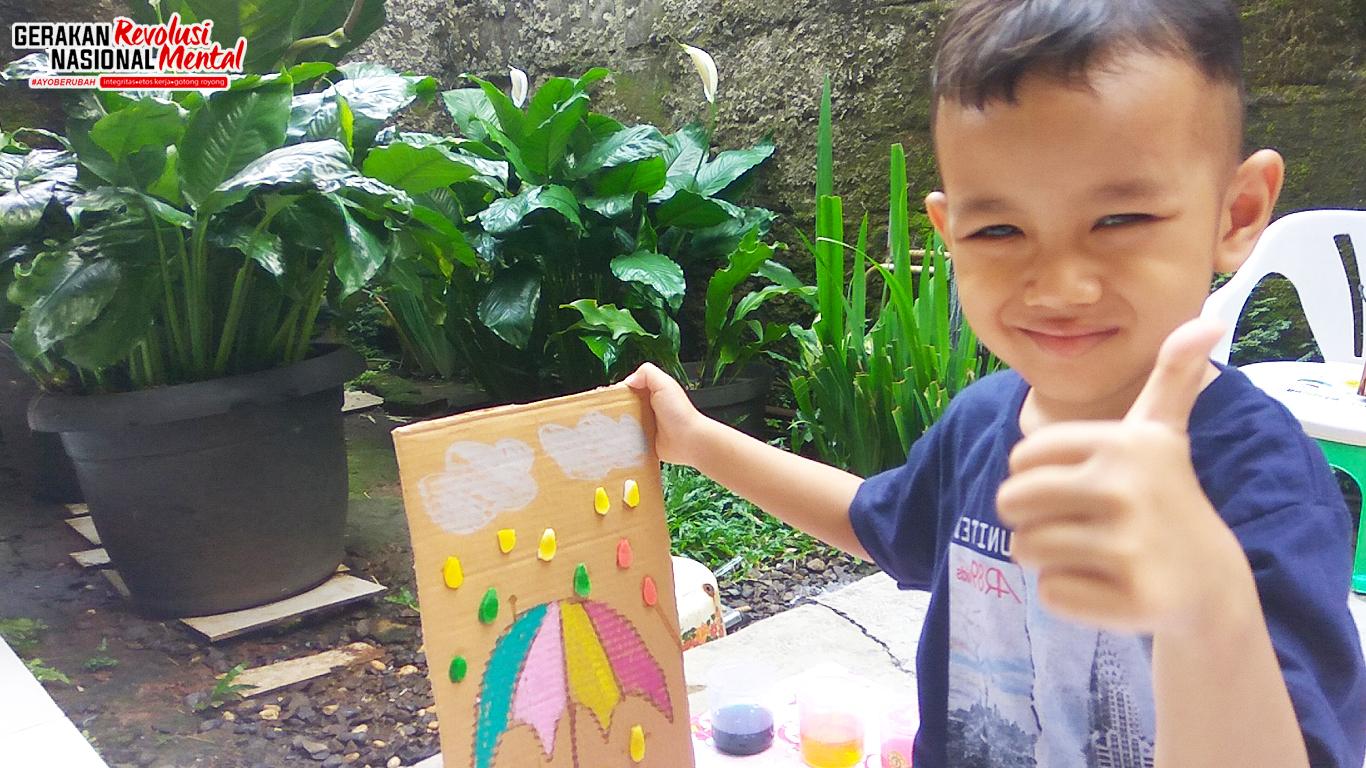 Seorang anak sedang belajar mewarnai menggunakan cat air