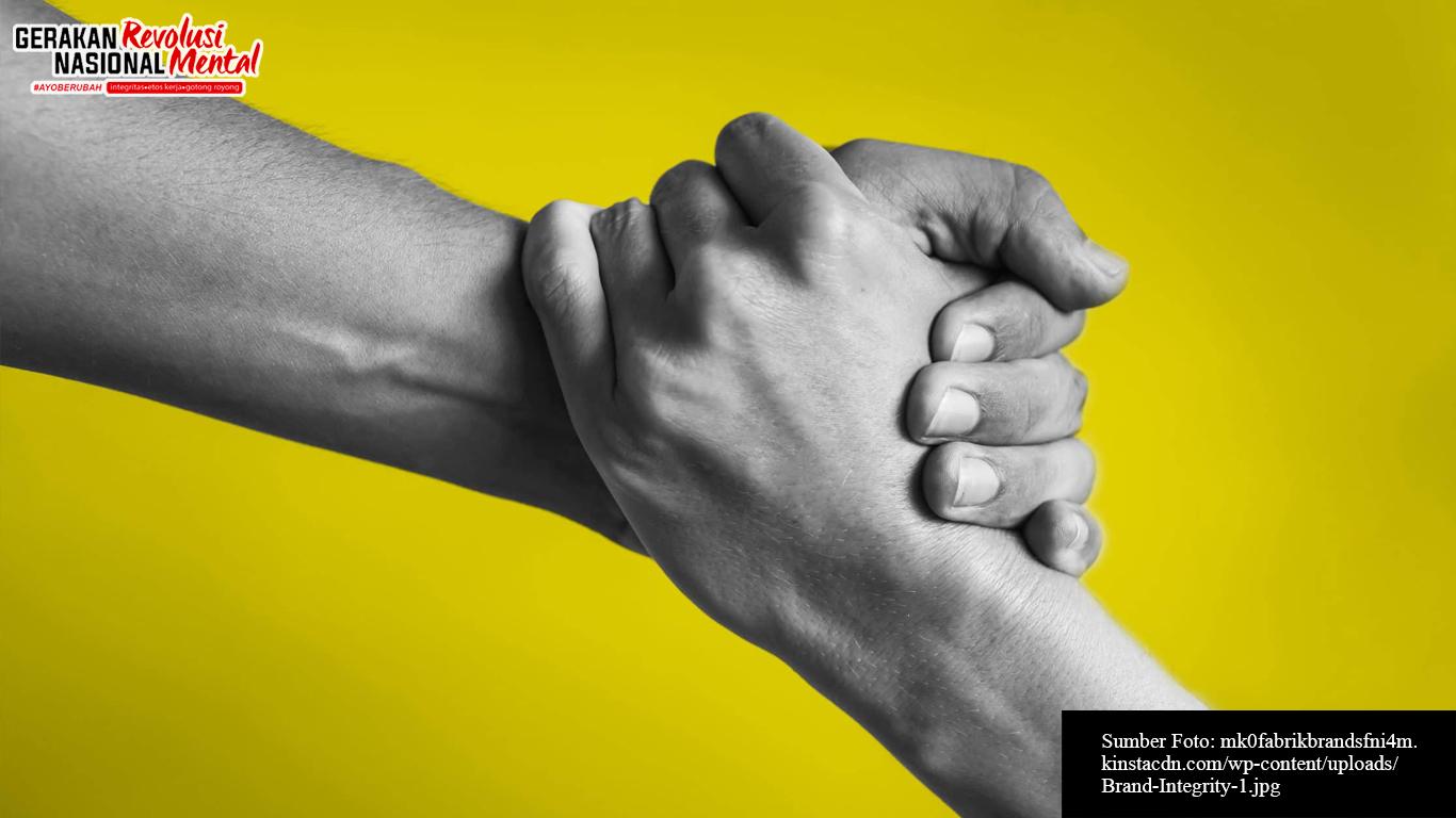 Tangan yang saling membantu sebagai simbol integritas