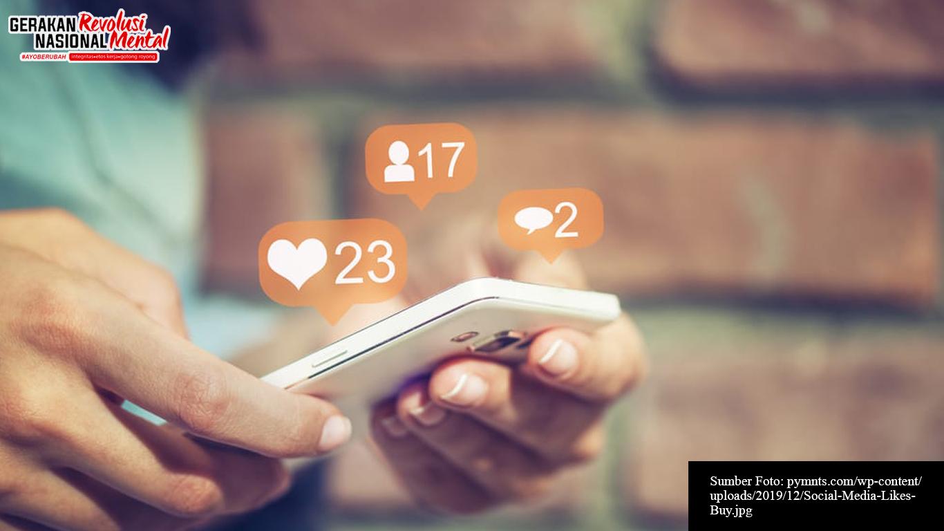 Seorang remaja sedang mengakses media sosial melalui handphone
