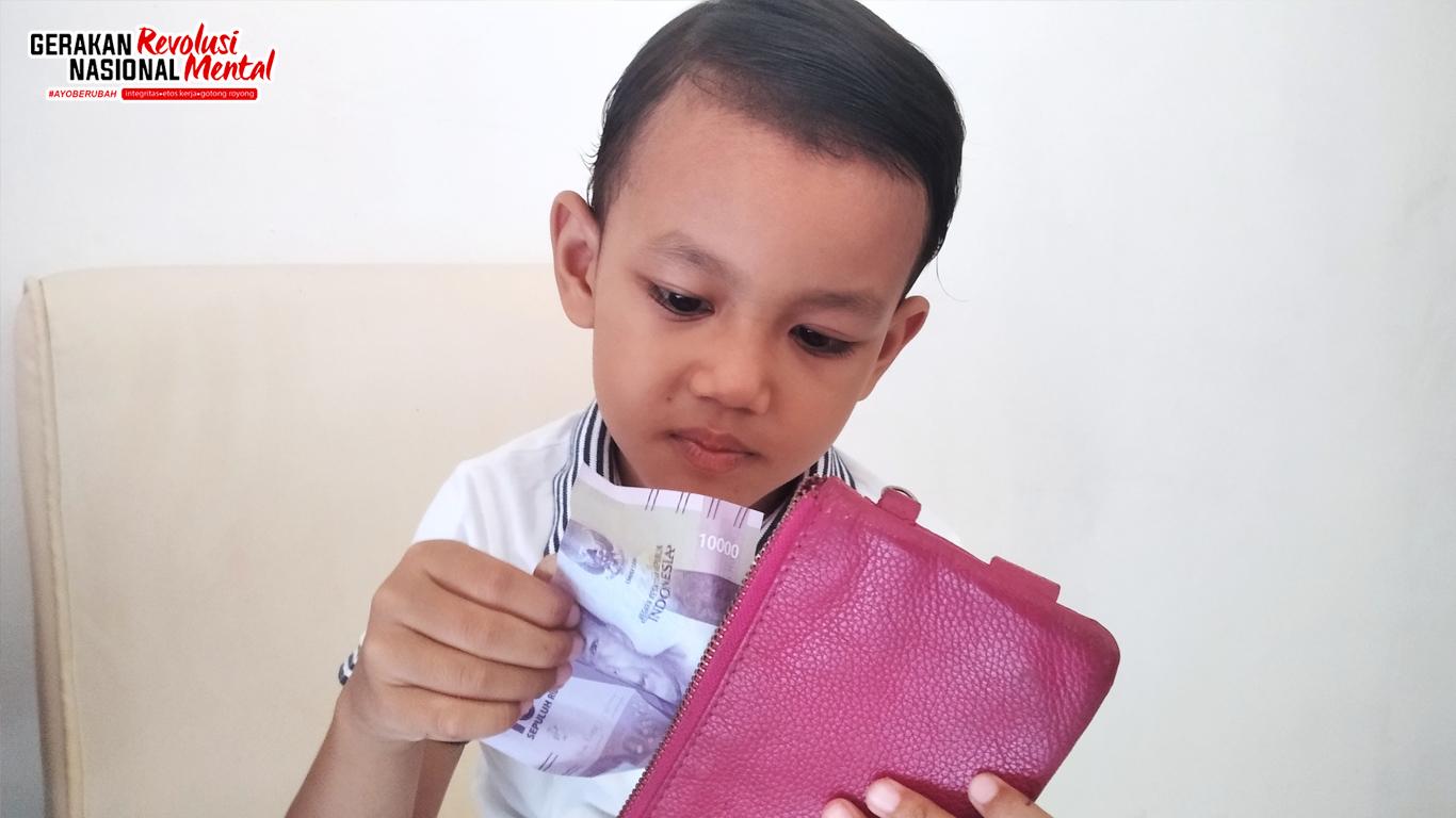Anak mengambil uang dari dompet orang tuanya