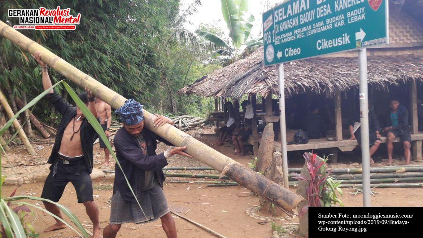 Masyarakat Baduy sedang gotong royong memperbaiki rumah warga