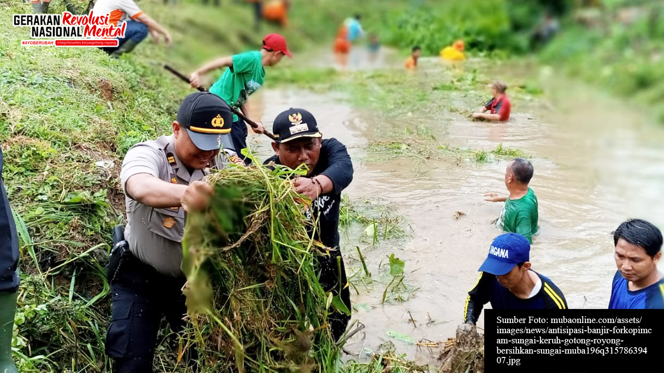 Masyarakat bekerja bakti membersihkan sungai