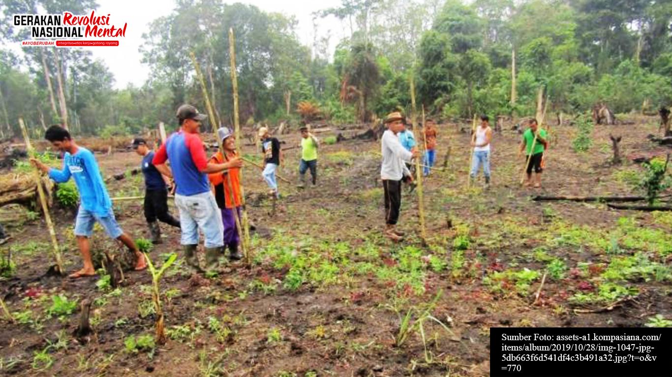 Masyarakat sedang membantu membuka lahan pertanian