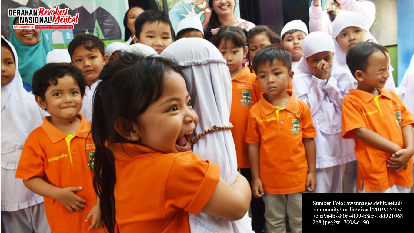 Siswa TK Santo Bernardus berpelukan dengan siswa TK Aisyiyah Bustanul Athfal