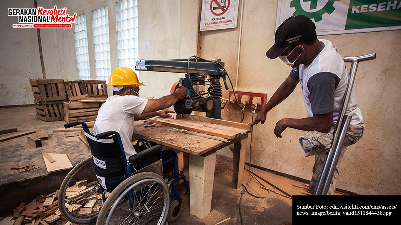 Dua orang pekerja disabilitas