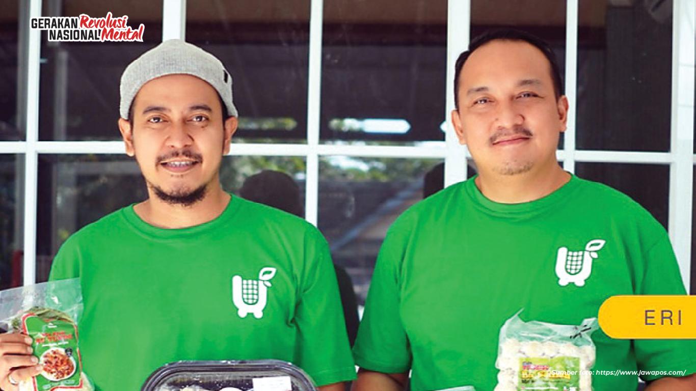Revo Suladasha dan Eri Kuncoro melalui inovasi Yuk Tukoni mengemas ulang, memasarkan serta mempromosikan kuliner-kuliner UMKM khas Jogja yang menjadi salah satu terobosan positif menghadapi pandemi