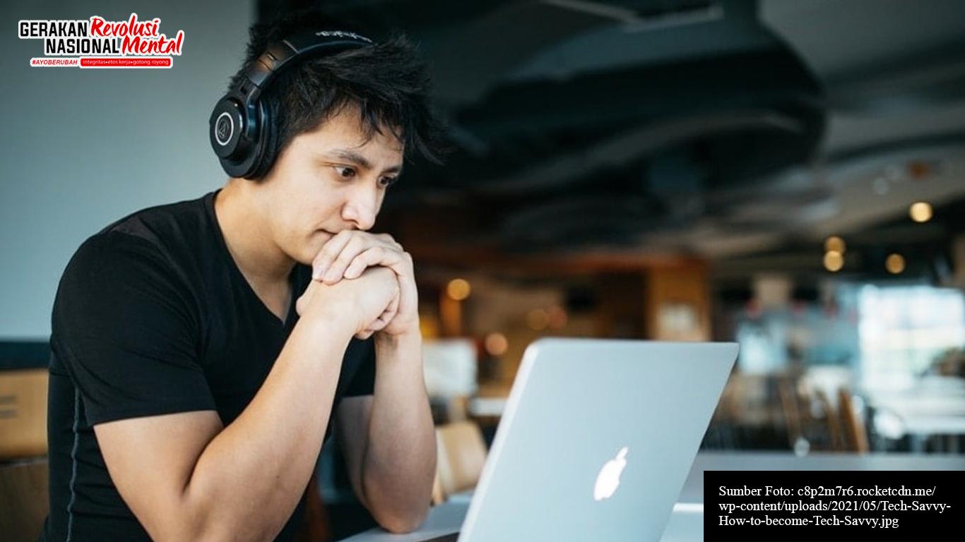 Seorang pemuda sedang melihat materi melalui laptop