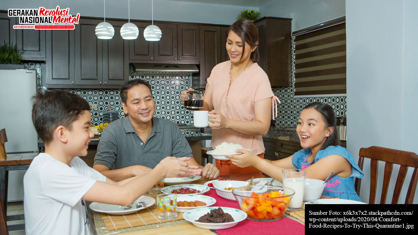 Sebuah keluarga sedang melakukan makan malam bersama