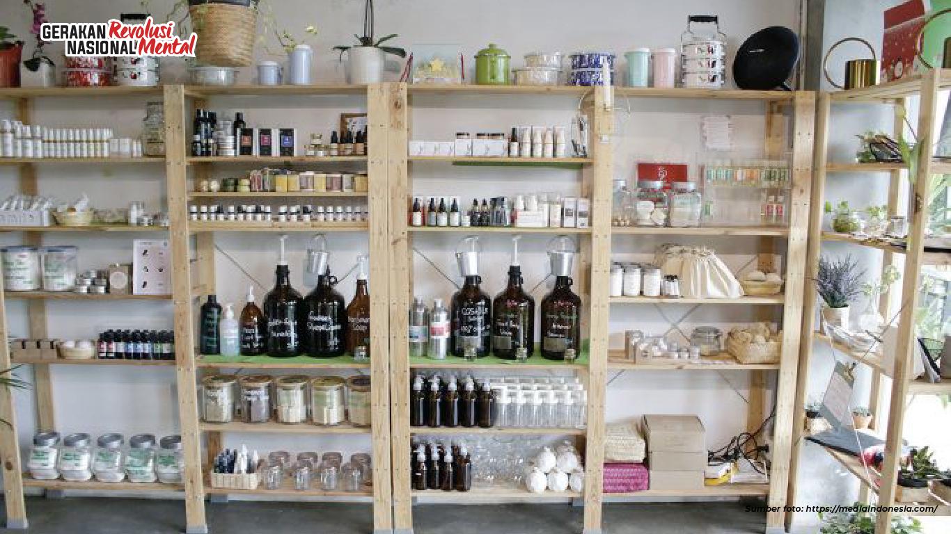 Bulk store atau toko kelontong tanpa kemasan dengan sistem curah menjadi solusi alternatif dalam mengatasi permasalahan sampah sekaligus mengedukasi masyarakat untuk bijak dalam berbelanja sebagai konsumen