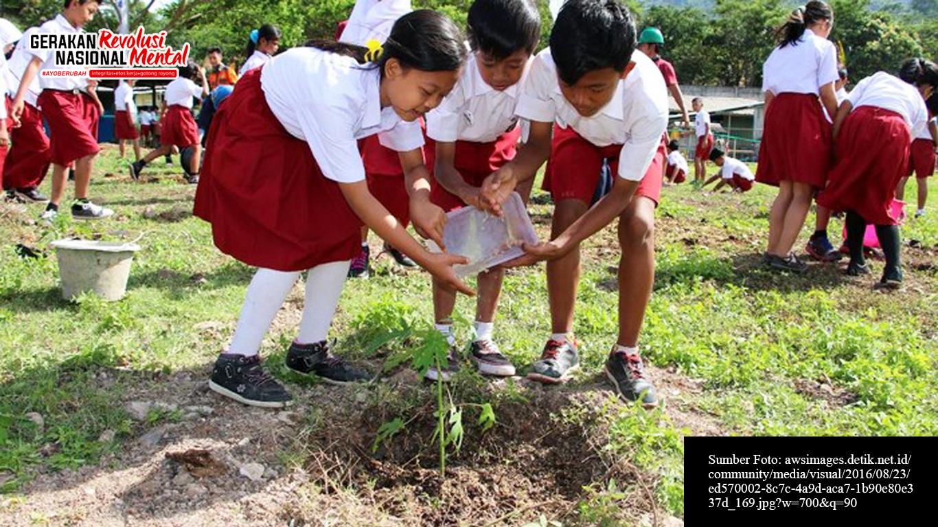 Siswa sekolah dasar sedang menanam dan menyiram pohon