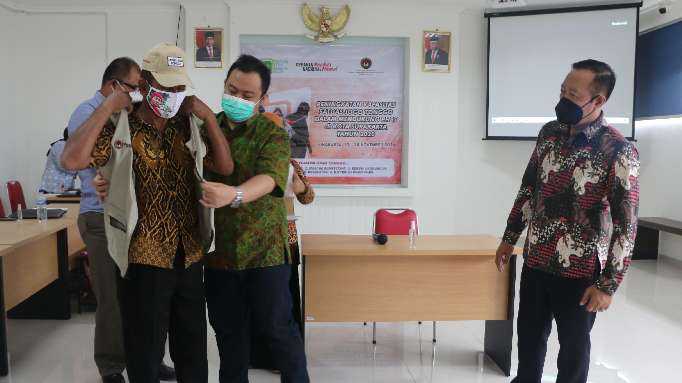 Penyematan Uniform kepada Satgas Jogo Tonggo di Kota Surakarta
